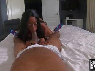 Coralee Summers bekommt ihren großen Arsch versohlt und ihre haarige Muschi geschwärzt