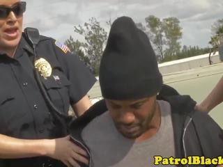 De hoer neukt de politie